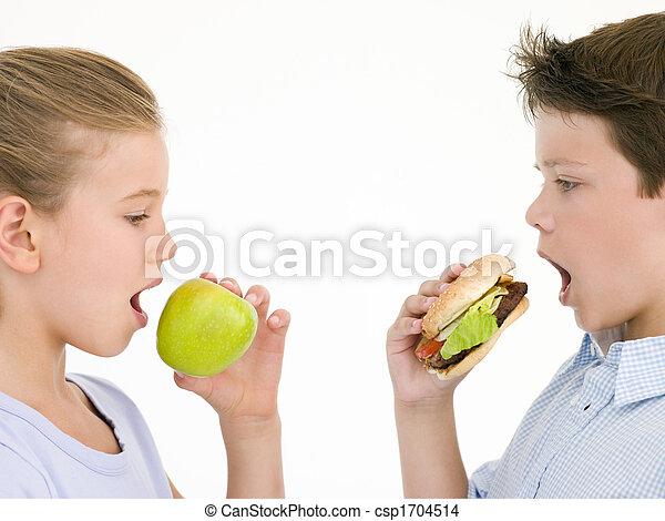 cheeseburger, irmã, comendo maçã, irmão - csp1704514