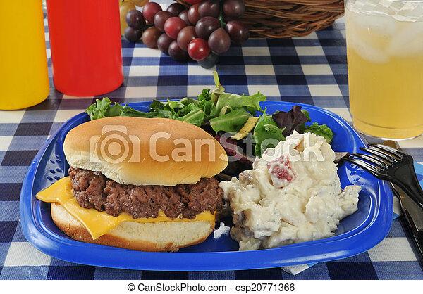 cheeseburger, tavola picnic - csp20771366
