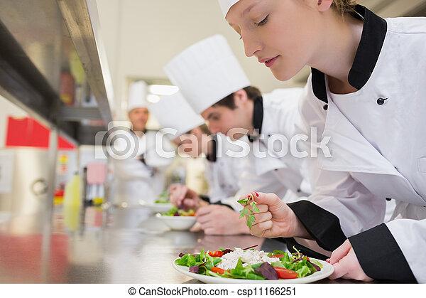 Chef terminando su ensalada en clase culinaria - csp11166251
