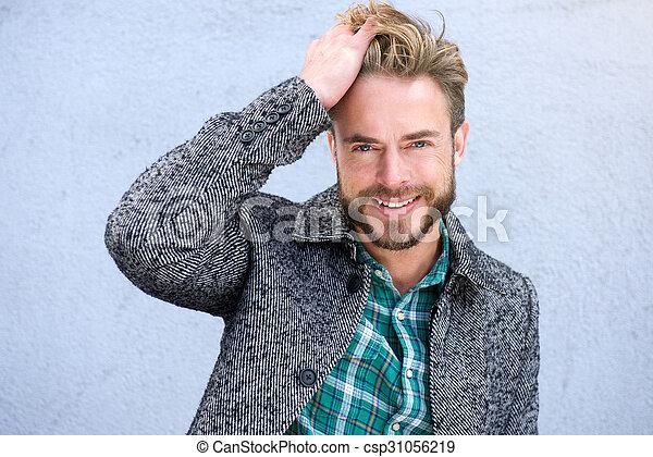 Homme Souriant cheveux, homme souriant, main. haut, main, cheveux, fin, portrait