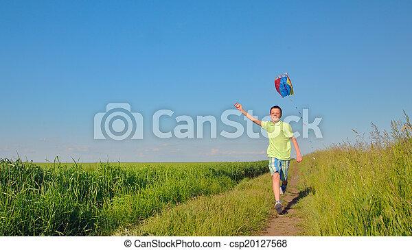 Chico corriendo con cometa - csp20127568