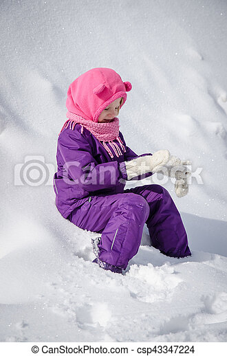 child in snow - csp43347224