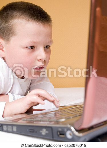 child with computer - csp2076019