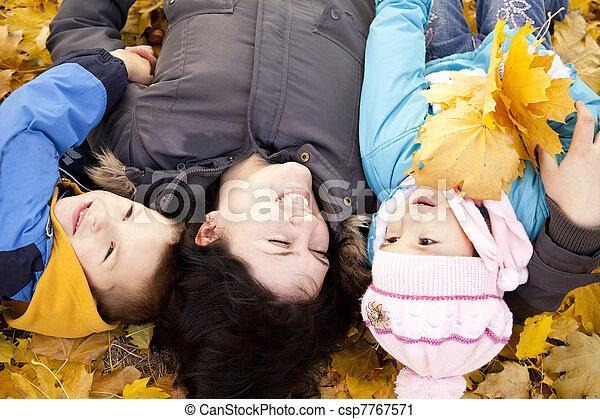 childrens, elle, parc, automne, jeu mère - csp7767571