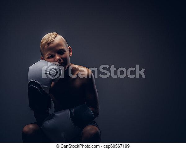 chodząc, chłopieć posiedzenie, shirtless, boks, młody, rękawiczki, chair., znudzony - csp60567199