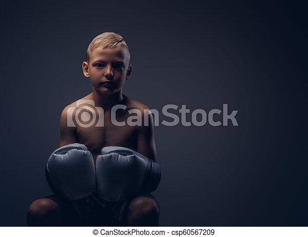 chodząc, chłopieć posiedzenie, shirtless, boks, młody, rękawiczki, chair. - csp60567209