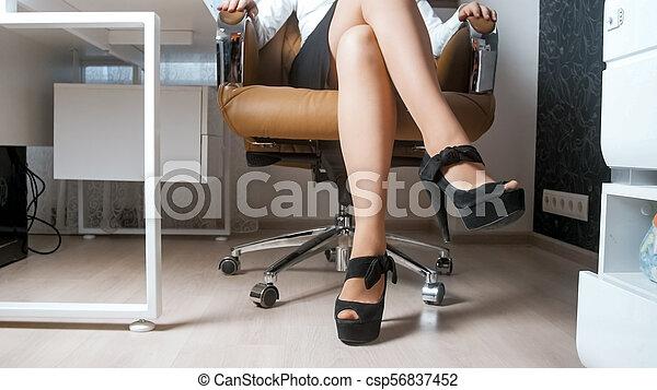 chodząc, kobieta, obuwie, biuro, posiedzenie, młody, wysoki, krótki, korek, sexy, krzesło, poła - csp56837452