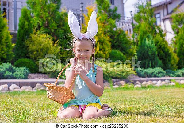 chodząc, mały, godny podziwu, jaja, dzierżawa, kosz, dziewczyna, wielkanocna trusia, kłosie - csp25235200