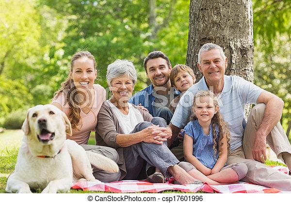chouchou, leur, prolongé, chien, famille - csp17601996
