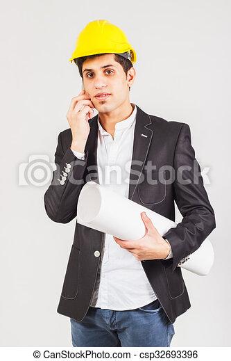 Trabajador con un plano hablando por teléfono - csp32693396