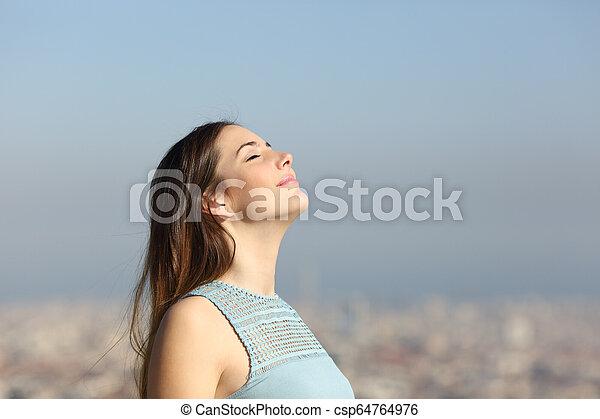 cidade, mulher, ar, respirar, fundo, fresco - csp64764976
