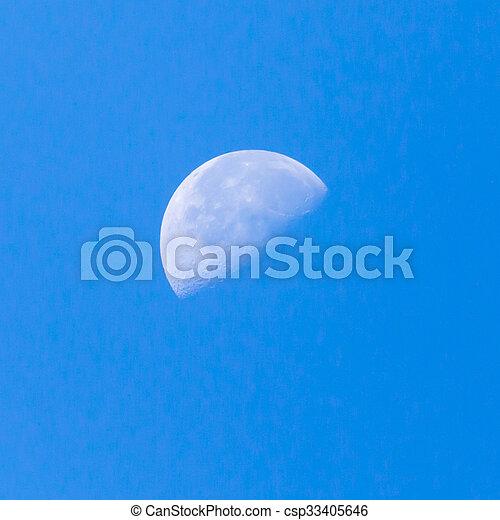 Luna en el cielo azul - csp33405646