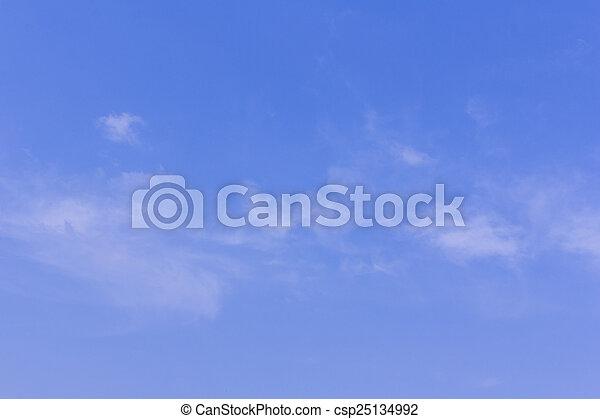 Nubes de belleza en el fondo del cielo azul - csp25134992