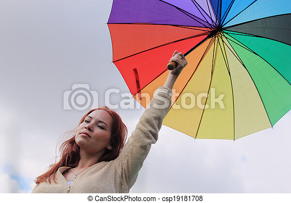 Mujer con paraguas en el fondo del cielo nublado - csp19181708