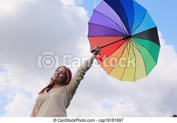 Mujer con paraguas en el fondo del cielo nublado - csp19181697