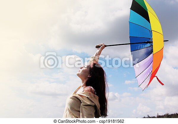 Mujer con paraguas en el fondo del cielo - csp19181562