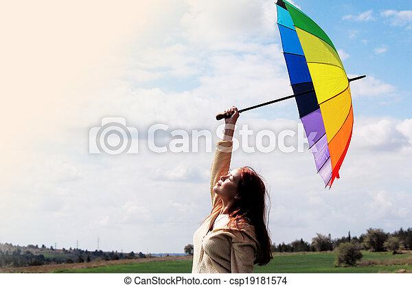 Mujer con paraguas en el fondo del cielo nublado - csp19181574