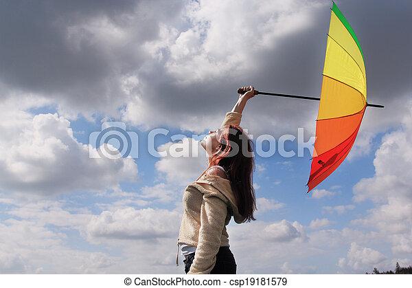 Mujer con paraguas en el fondo del cielo nublado - csp19181579