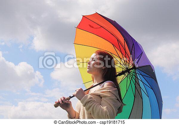 Mujer con paraguas en el fondo del cielo nublado - csp19181715
