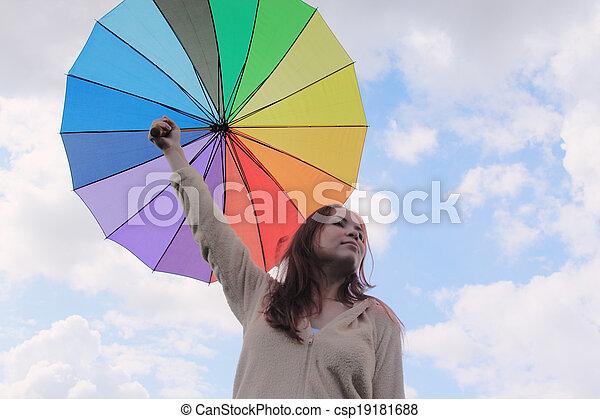 Mujer con paraguas en el fondo del cielo nublado - csp19181688