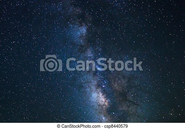 Cielo nocturno, estrellas brillantes y galaxia de la Vía Láctea - csp8440579