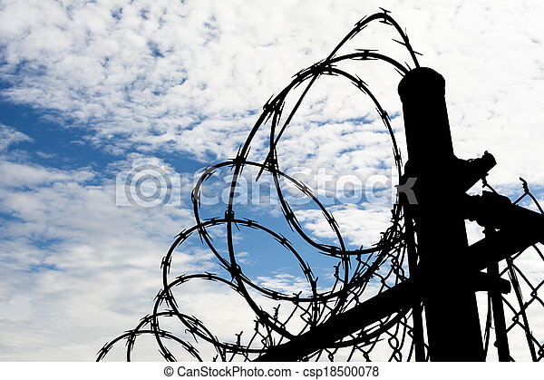Una cerca de prisión contra el cielo oscuro - csp18500078