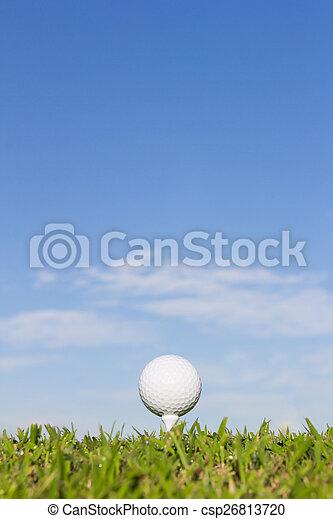 Bola de golf en un tee con fondo del cielo - csp26813720