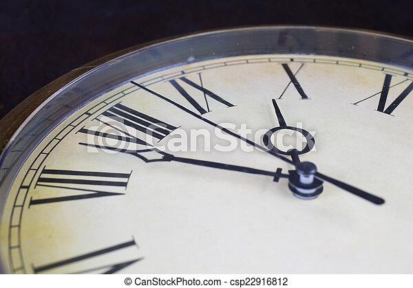 Cierra la vista en el reloj - csp22916812