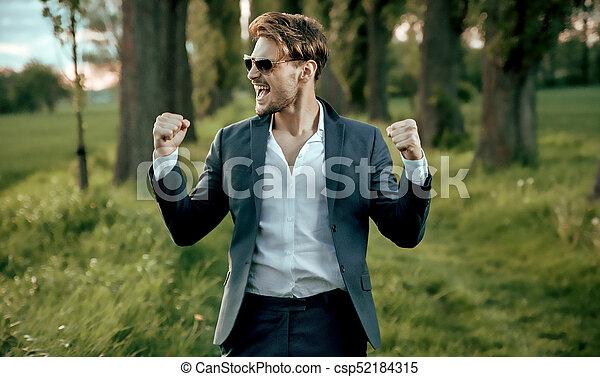 Retrato de un apuesto hombre de negocios cercano a la naturaleza - csp52184315