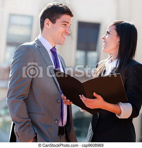 Cierre de negocios pareja al aire libre .. - csp9608969