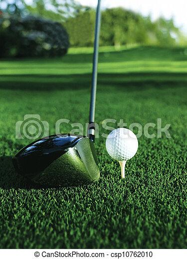 Cerca de una pelota de golf en un tee - csp10762010