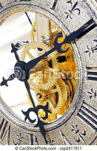 El viejo reloj cierra la vista - csp2411811