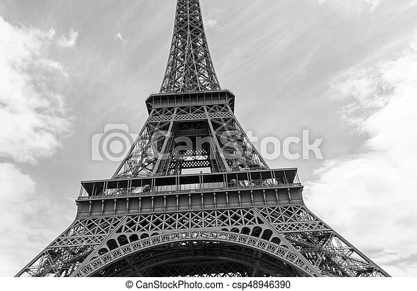 Cerca de la torre Eiffel - csp48946390