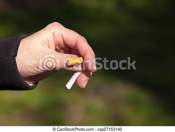 La mujer rompe un cigarrillo - csp27153140