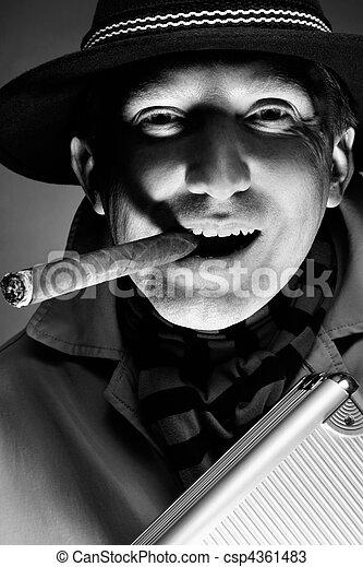 El hombre del cigarro - csp4361483