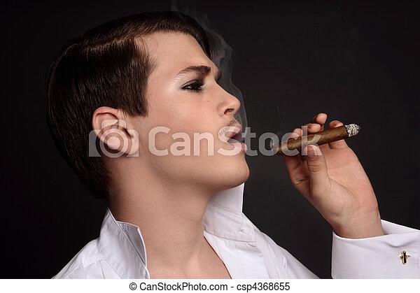 El hombre del cigarro - csp4368655