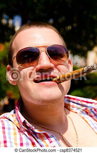 El hombre del cigarro - csp8374521