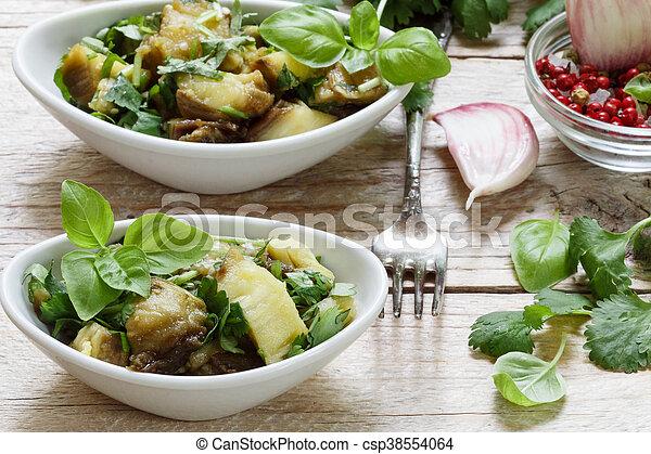 Ensalada de berenjena asada con ajo, cilantro y albahaca. Concentración selectiva - csp38554064