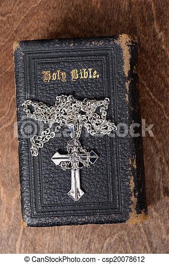 La Biblia de primera vista y la cruz - csp20078612