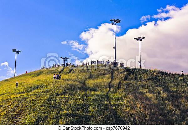 Gente en la cima de una colina - csp7670942