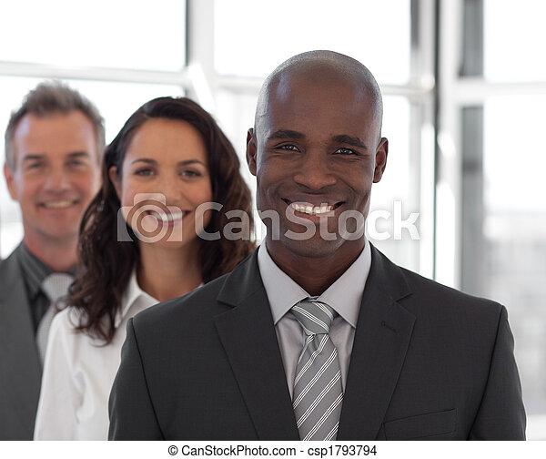 Cinco personas en el equipo de negocios mirando cámara y sonriendo - csp1793794