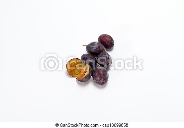 Fruta de ciruela aislada en un fondo blanco - csp10699858