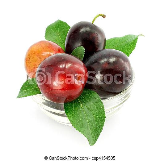 Frutas de ciruela con hojas verdes aisladas - csp4154505
