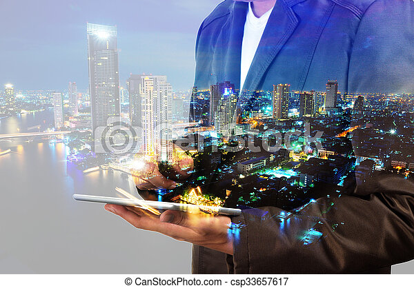 città, tavoletta, doppio, usando, digitale, uomo affari, esposizione - csp33657617