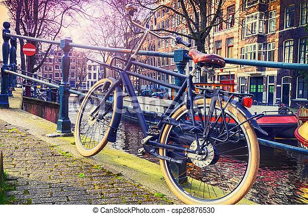 Amsterdam Stadtbild mit altem Fahrrad - csp26876530