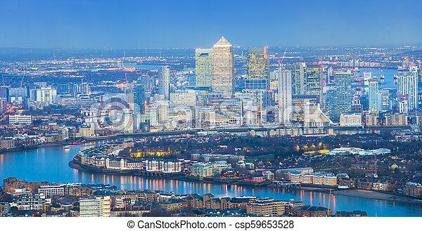 London Cityscape por la noche, vista aérea - csp59653528