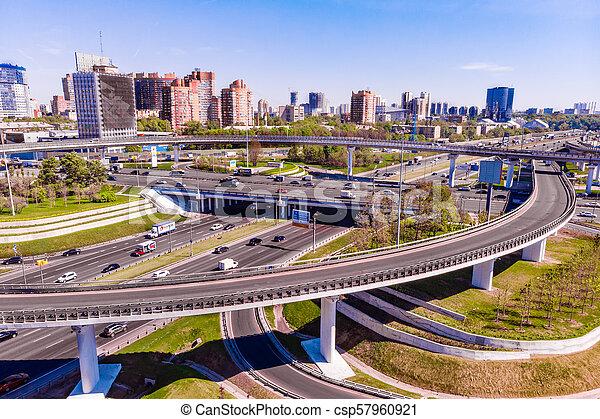 Vista aérea de una intersección en la autopista. Empalmes de carretera en una gran ciudad - csp57960921