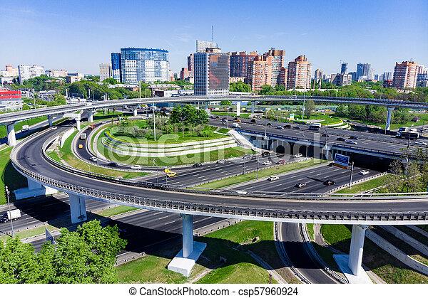 Vista aérea de una intersección en la autopista. Empalmes de carretera en una gran ciudad - csp57960924