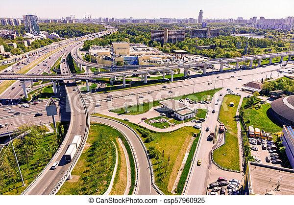 Vista aérea de una intersección en la autopista. Empalmes de carretera en una gran ciudad - csp57960925