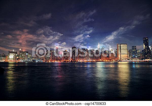 El Manhattan de Nueva York al atardecer - csp14700633